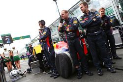 Red Bull Racing RB9 of Mark Webber, Red Bull Racing protected from view by mechanics on the grid