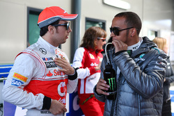 (Da esquerda para direita): Sergio Perez, McLaren, com Lewis Hamilton, Mercedes AMG F1