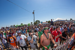 Muitas pessoas no concurso de bikini