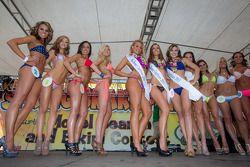 La gagnante du concours Bikini et ses dauphines