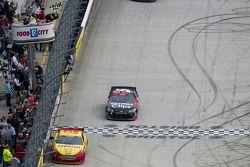 Kasey Kahne, Hendrick Motorsports Chevrolet passeert de finish