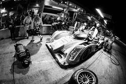 Pit stop #1 Audi Sport Team Joest Audi R18 e-tron quattro: Marcel Fässler, Benoit Tréluyer, Oliver J