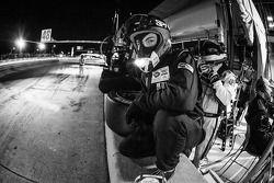 Paul Miller Racing membro da equipe pronto para o pit stop