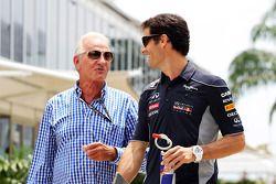 John Button con Mark Webber, del equipo Red Bull Racing