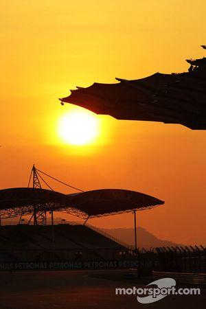 El sol se pone sobre el circuito de Sepang