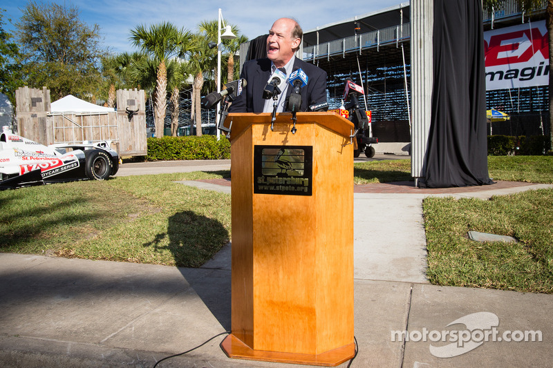 Onthulling Dan Wheldon Memorial en Victory Circle: T.E. McHale, motorsports manager bij American Ho
