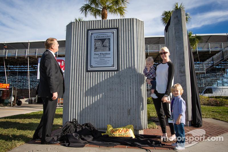 Onthulling Dan Wheldon Memorial en Victory Circle: Susie Wheldon en zonen Sebastian en Oliver onthul
