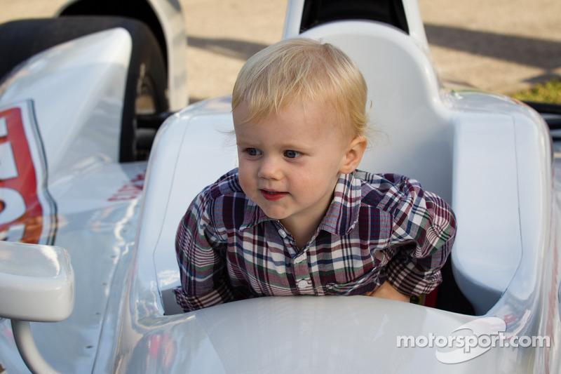 Onthulling Dan Wheldon Memorial en Victory Circle: Oliver Wheldon heeft lol in een IndyCar