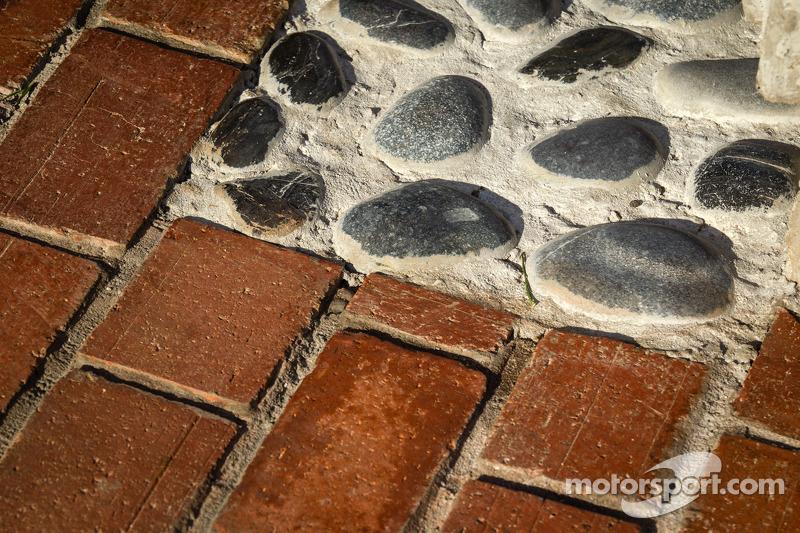 Onthulling Dan Wheldon Memorial en Victory Circle: Dan Wheldon Memorial detail, met een mix Indianapolis Motor Speedway bricks en stenen uit zijn geboortedorp in Engeland