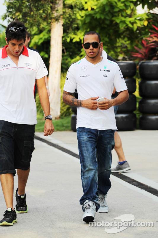 Rodolfo Gonzalez, piloto reserva da Marussia F1 Team com Lewis Hamilton, Mercedes AMG F1