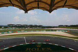 Sebastian Vettel, Red Bull Racing RB9 lidera Felipe Massa, Ferrari F138