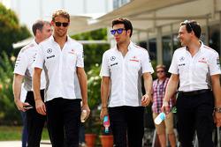 McLaren de Jenson Button con McLaren de Sergio Pérez y Gary Paffett, piloto de pruebas de McLaren