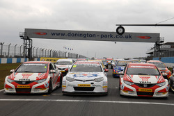 MG KX Momentum Racing in de sandwich tussen twee Honda Yuasa Racing Civics