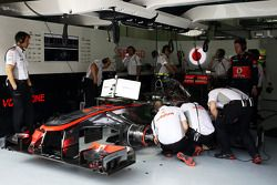 McLaren MP4-28 de Sergio Perez, McLaren MP4-28 é trabalhado nos pits