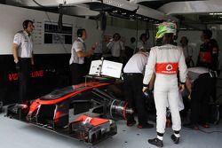 Sergio Perez, McLaren MP4-28 nos pits