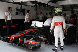 Sergio Pérez, McLaren MP4-28 en pits