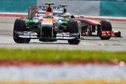 Adrian Sutil, Sahara Force India VJM06 y Sergio Pérez, McLaren MP4-28