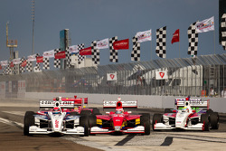 Start: Jack Hawksworth, Schmidt Peterson Motorsports, Carlos Munoz, Andretti Autosport and Gabby Chaves, Schmidt Peterson Motorsports battle