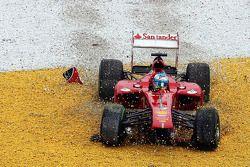 Fernando Alonso, Ferrari F138 alami insiden di lap 2