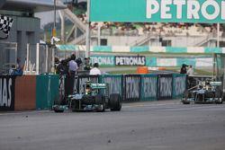 Lewis Hamilton, Mercedes AMG F1 W04 finit devant son coéquipier Nico Rosberg, Mercedes AMG F1 W04