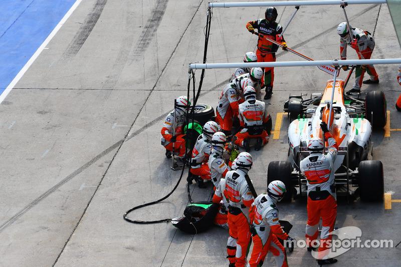 Adrian Sutil, Sahara Force India VJM06 maakt een lange pitstop na een probleem met de voorwielen