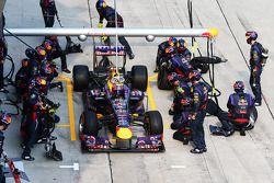 Mark Webber, en el Red Bull Racing RB9 realiza una parada de pits