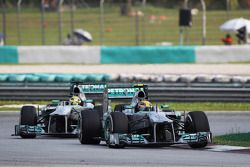 Lewis Hamilton, Mercedes AMG F1 W04 devant Nico Rosberg, Mercedes AMG F1 W04