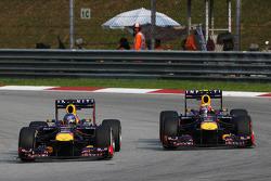 Sebastian Vettel, Red Bull Racing RB9 y su compañero Mark Webber, Red Bull Racing RB9 batalla por el liderato de la carrera