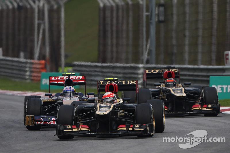 Romain Grosjean, Lotus F1 E21 leads Daniel Ricciardo, Scuderia Toro Rosso STR8 and Kimi Raikkonen, Lotus F1 E21