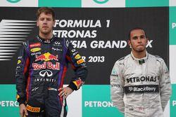 Podio: ganador de la carrera Sebastian Vettel, Red Bull Racing. Mark Webber y tercer lugar de Lewis