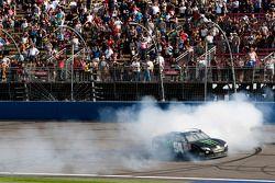 Racewinnaar Kyle Busch, Joe Gibbs Racing Toyota viert het resultaat