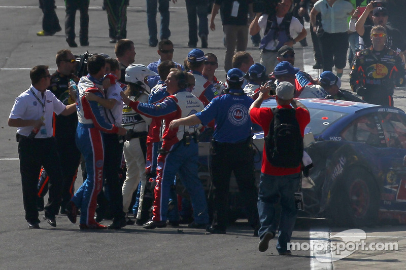 Em Fontana, 2013, após a corrida vencida por Kyle Busch, Tony Stewart foi para cima de Joey Logano, acusando o jovem piloto de fechá-lo durante a prova. Stewart bem que tentou, mas apenas alguns sopapos sobraram para Logano.