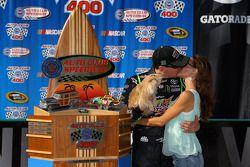 Victory lane: racewinnaar Kyle Busch en Samantha Busch