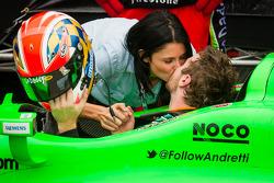 Pós-corrida: vencedor James Hinchcliffe, Andretti Autosport Chevrolet comemora com sua namorada Kirs