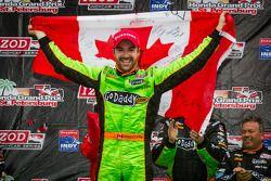 Victory circle: racewinnaar James Hinchcliffe, Andretti Autosport Chevrolet viert het resultaat