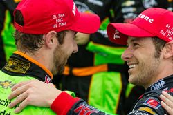 Victory circle: racewinnaar James Hinchcliffe, Andretti Autosport Chevrolet viert het resultaat met