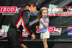 Podium: Helio Castroneves, Team Penske Chevrolet with his daughter