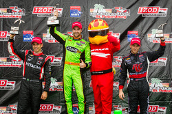 Podium: race winner James Hinchcliffe, Andretti Autosport Chevrolet, second place Helio Castroneves,