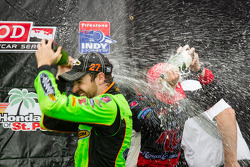 Podium: champagne for race winner James Hinchcliffe, Andretti Autosport Chevrolet, second place Heli