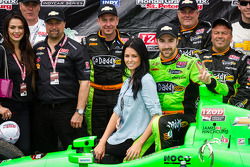 Victory circle: race winner James Hinchcliffe, Andretti Autosport Chevrolet celebrates with girlfrie