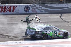 vainqueur Kyle Busch, Joe Gibbs Racing Toyota fête son succès