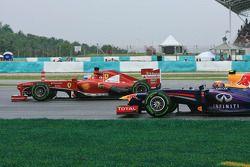 Fernando Alonso, Ferrari F138 y Mark Webber, Red Bull Racing RB9