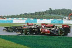 Kimi Raikkonen, Lotus F1 E21 y Romain Grosjean, Lotus F1 E21