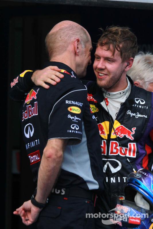 Ganador de la carrera Sebastian Vettel, Red Bull Racing RB9 celebra en parc ferme con Adrian Newey