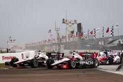 Restart: Will Power, Team Penske Chevrolet et Helio Castroneves, Team Penske Chevrolet