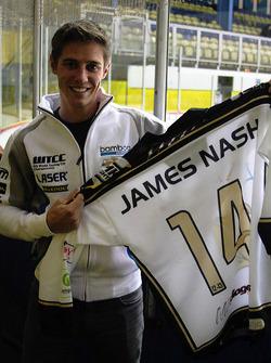 Джеймс Нэш. Джеймс Нэш награжден во время хоккейного матча, особое событие.