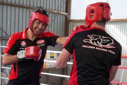 Garth Tander e Fabian Couthard com o treino de boxe World Middleweight campeão de boxe Daniel Geale
