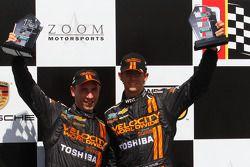 Victory lane: racewinnaars Max Angelelli en Jordan Taylor