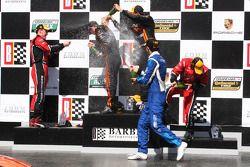 Victory lane: racewinnaars Max Angelelli en Jordan Taylor, 2e plaats Alex Gurney en Jon Fogarty, 3e