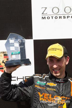 Victory lane: racewinnaar Max Angelelli